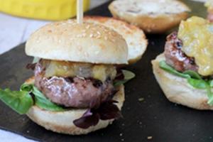 Receta de mini hamburguesas con cebolla confitada y queso azul