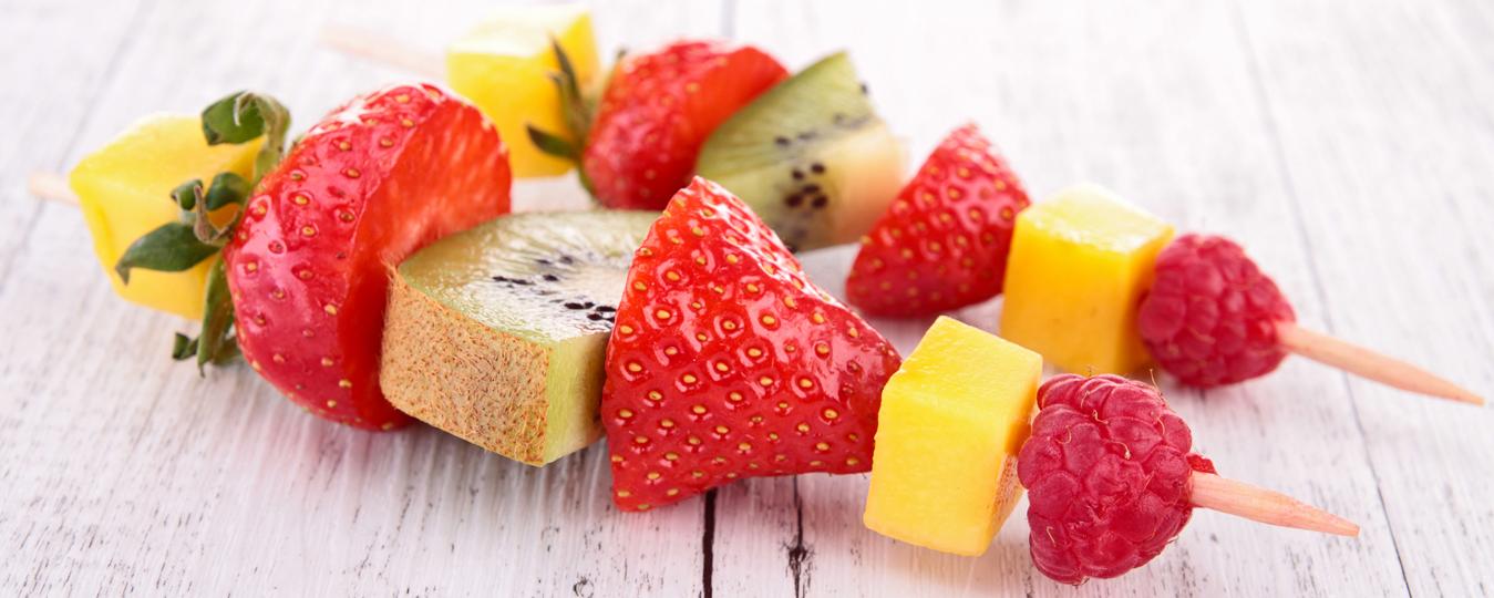 Ideas de brochetas multicolor con la fruta de verano