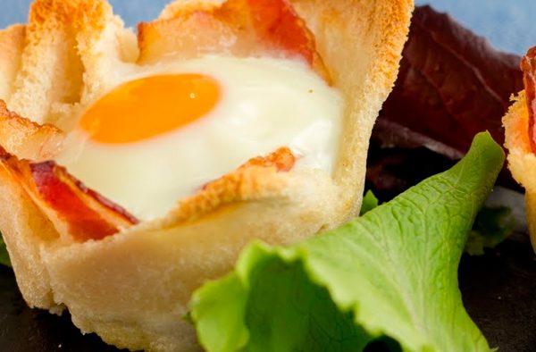 Receta de huevos al horno en cestita de pan