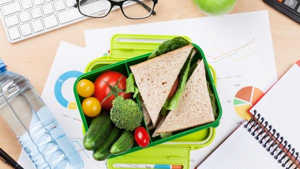 Comer en la oficina sano