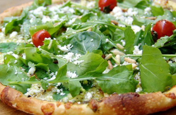 Receta de pizza de lacón con champiñones y rúcula