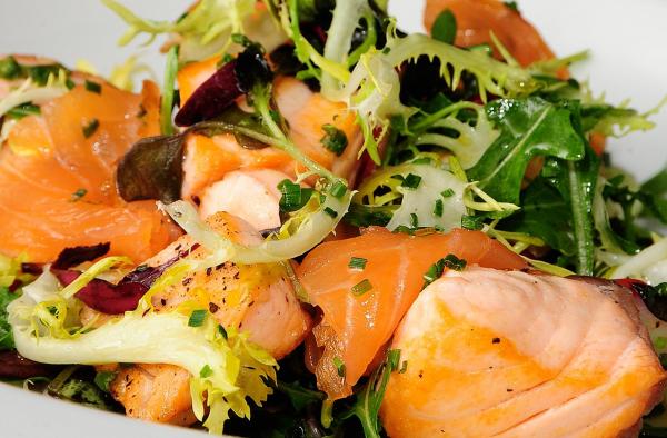 Receta de salmón salteado con ensalada