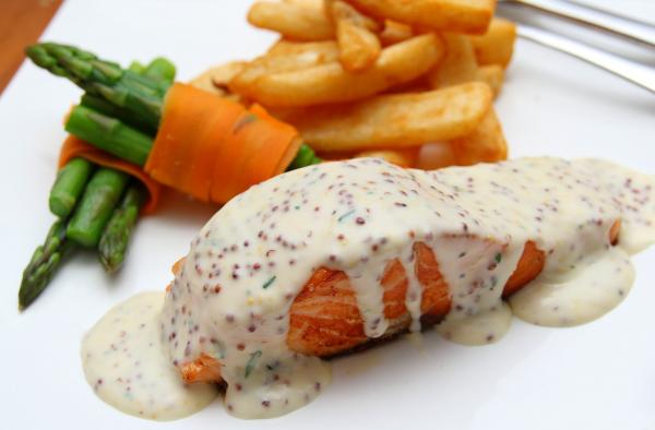 Receta de salmón al horno con salsa de yogur